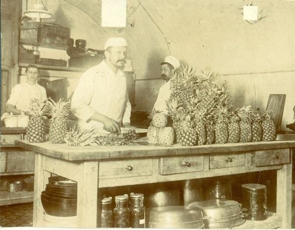 Ananászszelés a Gerbeaud csokoládégyárban - Magyar Kereskedelmi és Vendéglátóipari Múzeum, CC BY-NC-ND