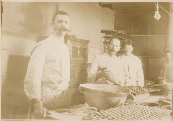 Bonbonier-készítés a Gerbeaud csokoládégyárban - Magyar Kereskedelmi és Vendéglátóipari Múzeum, CC BY-NC-ND