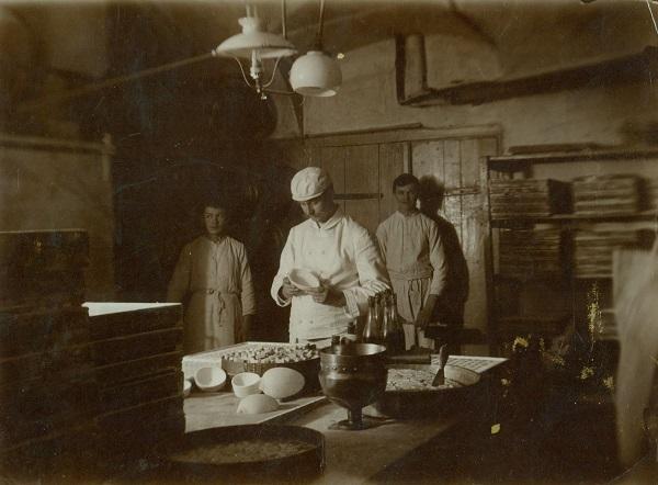 Gerbeaud csokoládégyár egyik cukrásza és inasai - Magyar Kereskedelmi és Vendéglátóipari Múzeum, CC BY-NC-ND