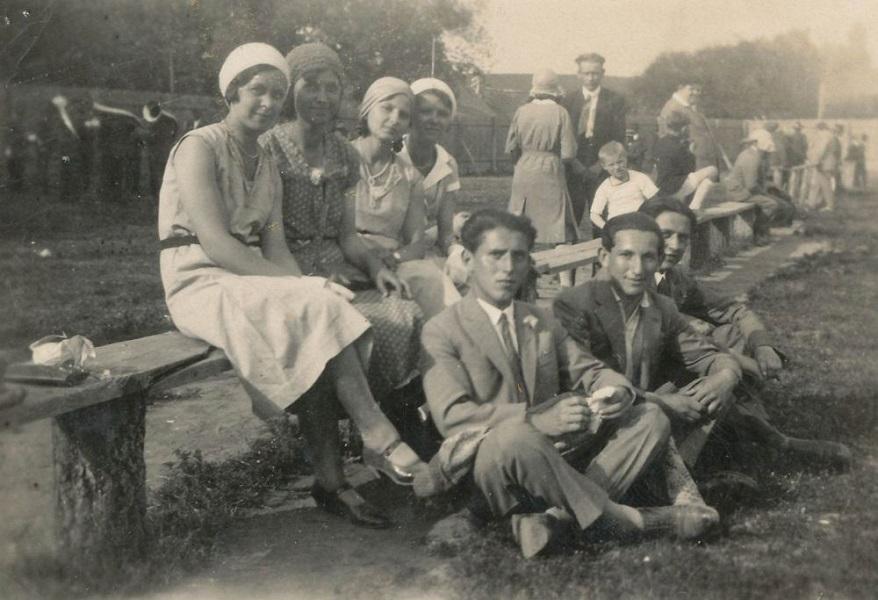 Hölgyek és urak a szabadban (1925 körül) - Városi Képtár Deák Gyűjtemény Székesfehérvár, CC BY-NC-ND