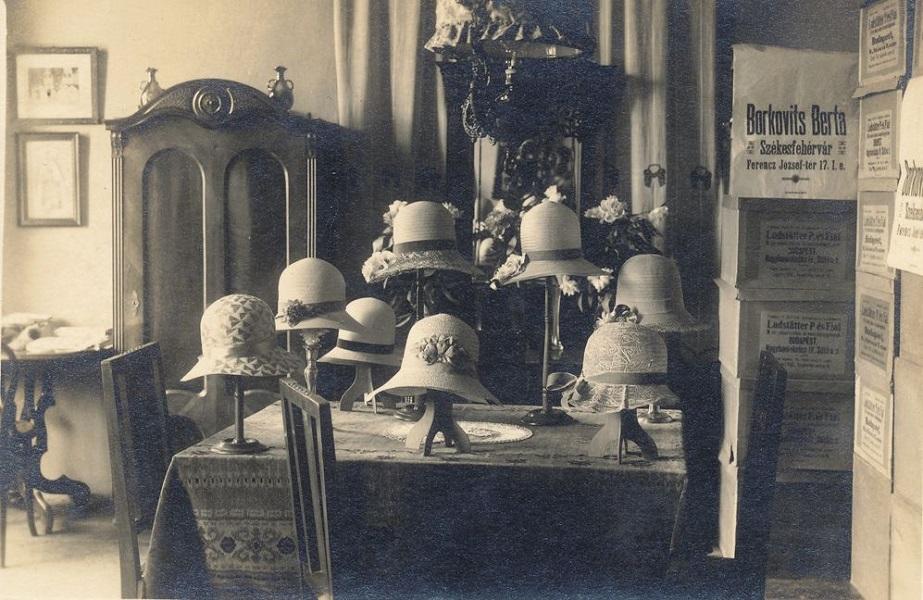 Kalapszalon, női kalapok (1920 körül) - Városi Képtár Deák Gyűjtemény Székesfehérvár, CC BY-NC-ND