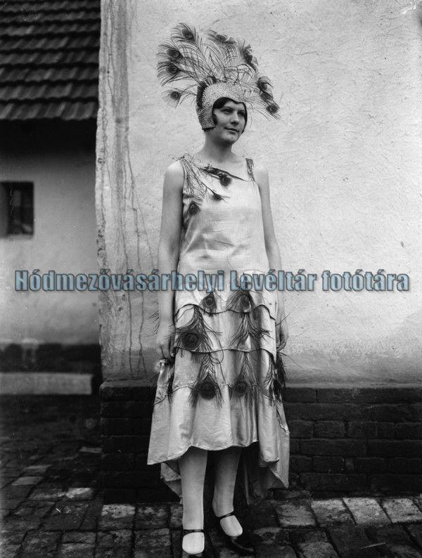 Nő báli ruhában (1930-as évek) - MNL. Csongrád Megyei Levéltár Hódmezővásárhely, CC BY-NC-ND