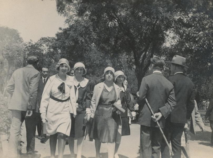 Séta a parkban (1920-30-as évek) - Városi Képtár Deák Gyűjtemény Székesfehérvár, CC BY-NC-ND