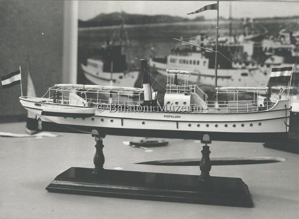 Hajózástörténeti vitrin, a Kisfaludy hajó makettje - Balatoni Múzeum, CC BY-NC-ND
