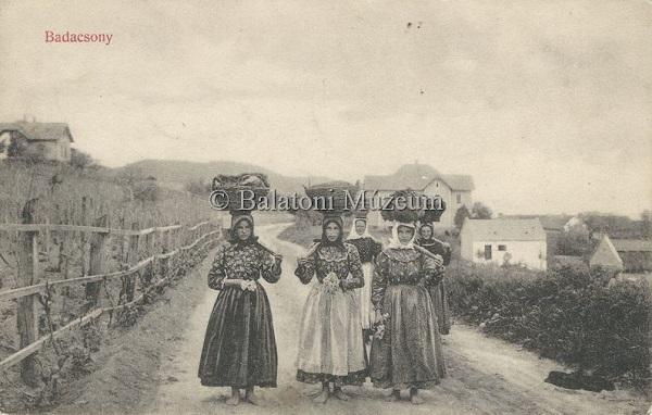 Badacsonyi képeslap, kosarat cipelő asszonyok (1908) - Balatoni Múzeum, CC BY-NC-ND