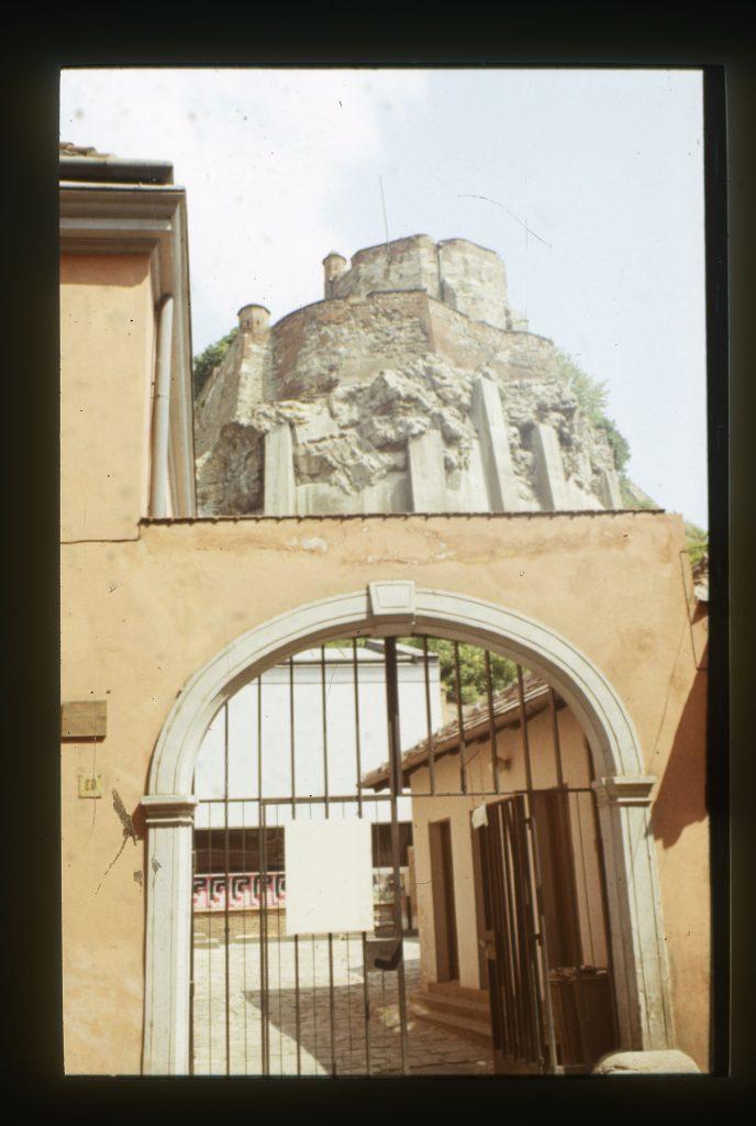 A város fölé magasodó szikla vasbetonnal megerősítve (MaNDA)