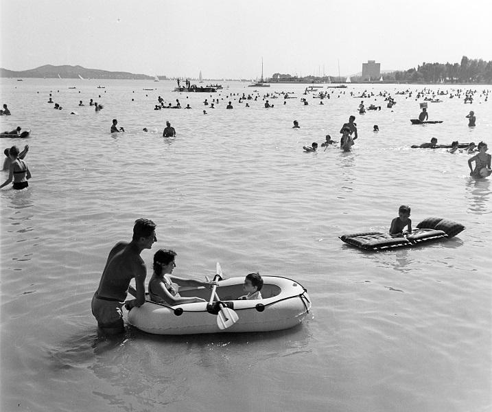 Bauer Sándor: Fürdőzés a Balatonban (1967) - Fortepan, CC BY-SA