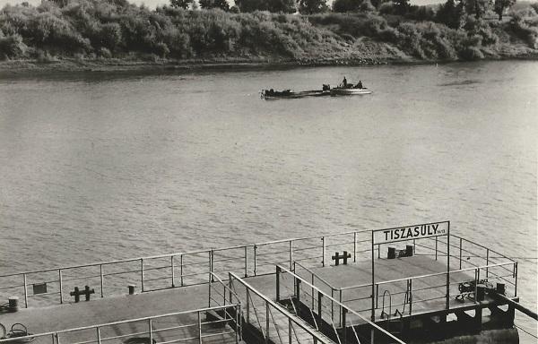 Tiszasüly Hajóállomás - Képzőművészeti Alap Kiadóvállalata, CC BY-NC-ND