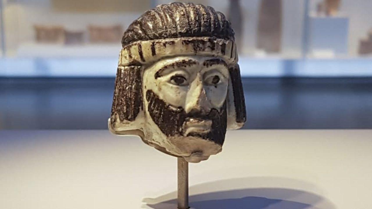 Két copfja is van a háromezer éves, szakállas királynak
