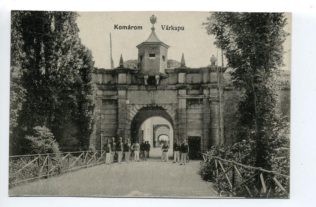 Katonák az erődrendszer főbejáratánál (MaNDA)