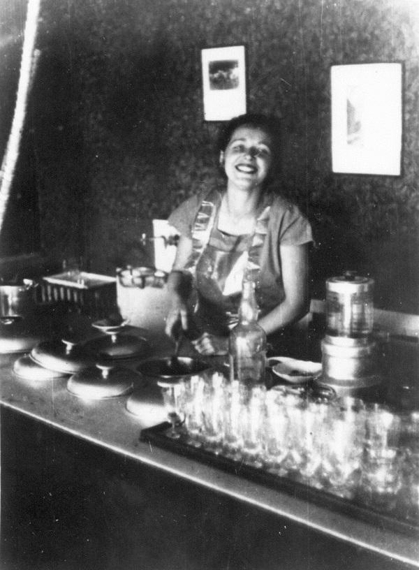 Dr. Murányi Ivánné fagylaltot mér, Caflisch cukrászda, Pécs (1950) - Magyar Kereskedelmi és Vendéglátóipari Múzeum, CC BY-NC-ND