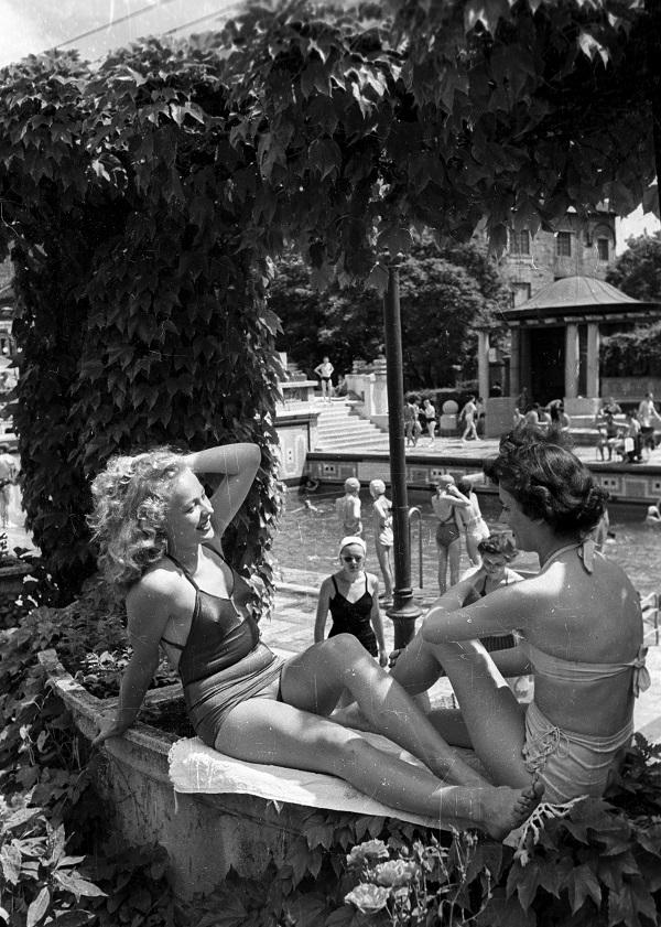 Bauer Sándor: Napozók a Gellért gyógyfürdőben (1955) - Fortepan, CC BY-SA