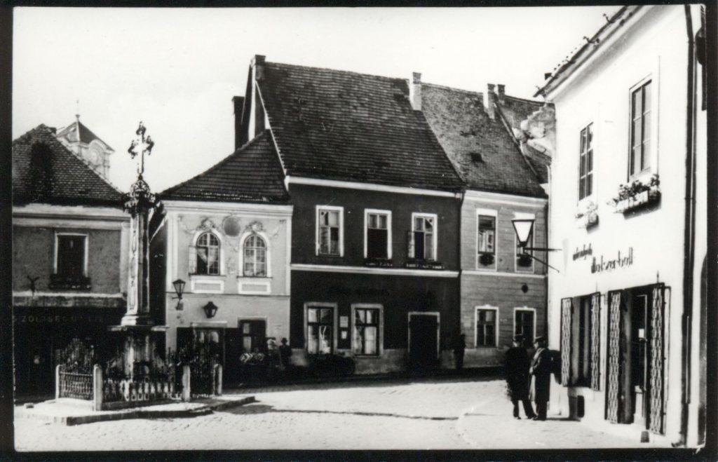 A városka főtere a 60-as években (MaNDA)