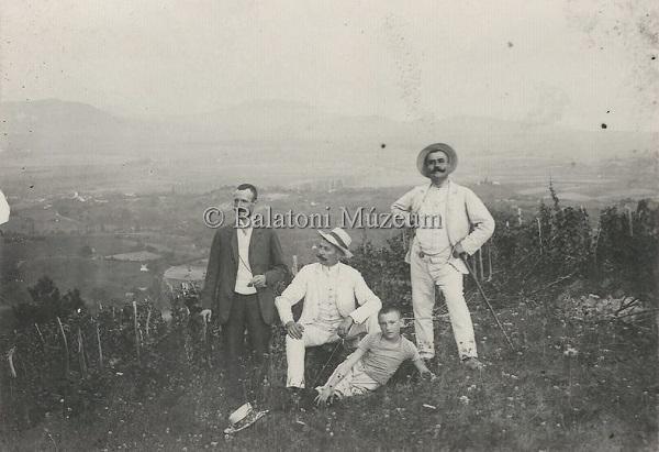 Férfiak csoportképe a zsidi szőlőhegyen, háttérben a Badacsony (1908) - Balatoni Múzeum, CC BY-NC-ND