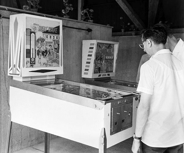 Flippergép az Annabella hotel játéktermében - Fortepan, CC BY-SA