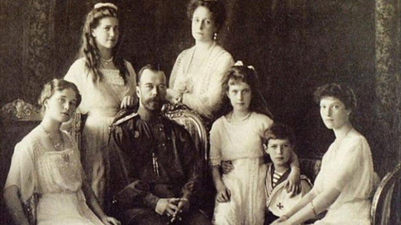 Miklós cár azonnal meghalt, a lányokat puskatussal verték agyon