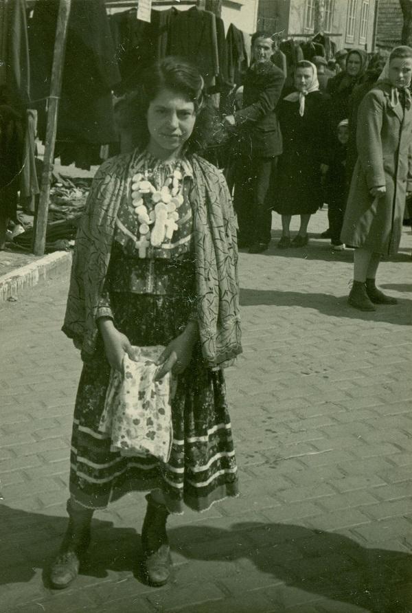 Cigány lány mézeskalács füzérrel (1958) - Thorma János Múzeum, CC BY-NC-ND