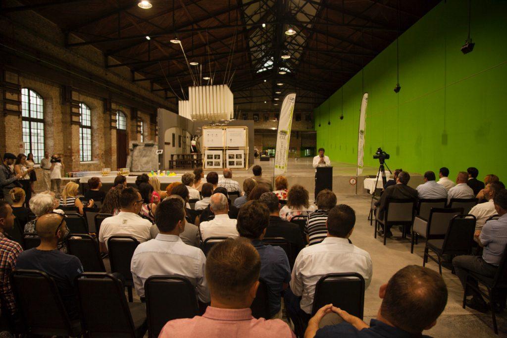 Lovas Lajos, a Forum Hungaricum Nonprofit Kft. ügyvezető igazgatója beszédet mond az ózdi intézmények évfordulóján.