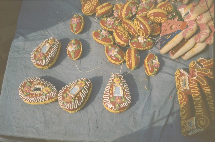 Sötényi József kaposvári mézesbábos a piacon (1976) - Rippl-Rónai Megyei Hatókörű Városi Múzeum, CC BY