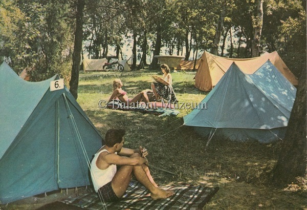 Üdvözlet a Camping-táborból. Sátorozó fiatalok (1964) - Balatoni Múzeum, CC BY-NC-ND