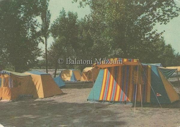 Üdvözlet a Balatonról. Balatoni kemping sátrakkal - Balatoni Múzeum, CC BY-NC-ND