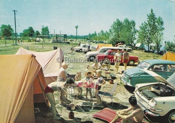 Üdvözlet a Balatonról. Kempingrészlet nyaralókkal (1974) - Balatoni Múzeum, CC BY-NC-ND