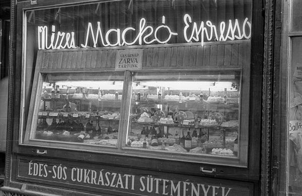 A Mézes Mackó espresszó kirakata - Fortepan, CC BY-SA