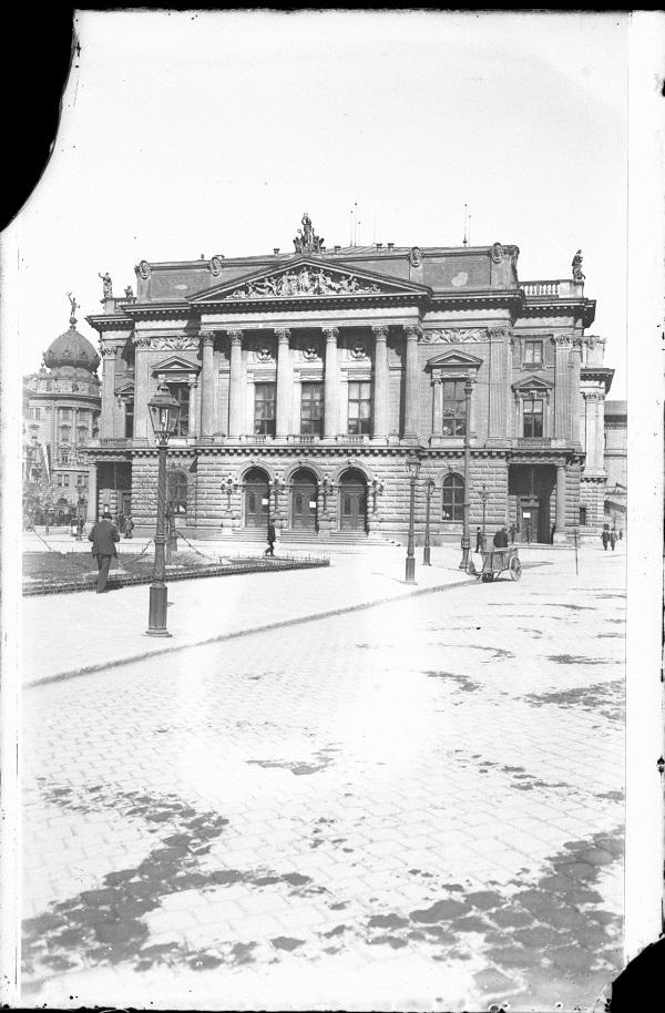 A Nemzeti Színház képe üvegnegatívon - Kuny Domokos Múzeum, CC BY