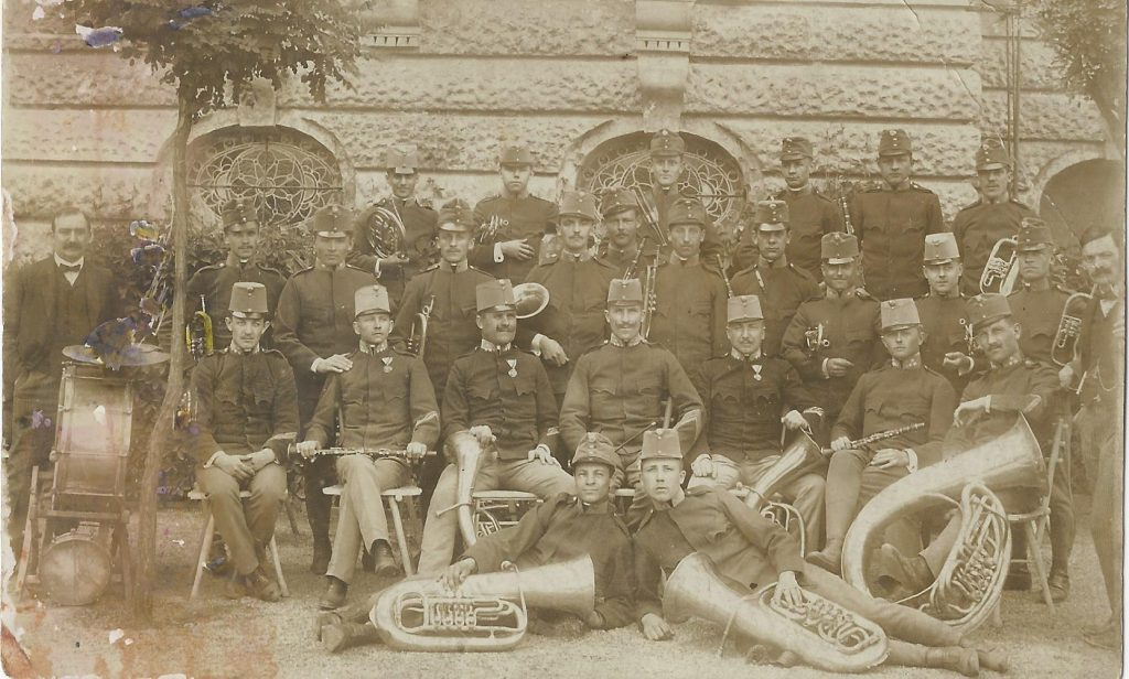 Katonazenekar a Lukács fürdő éttermének és kávéházának épülete előtt 1911-ben (MaNDA)