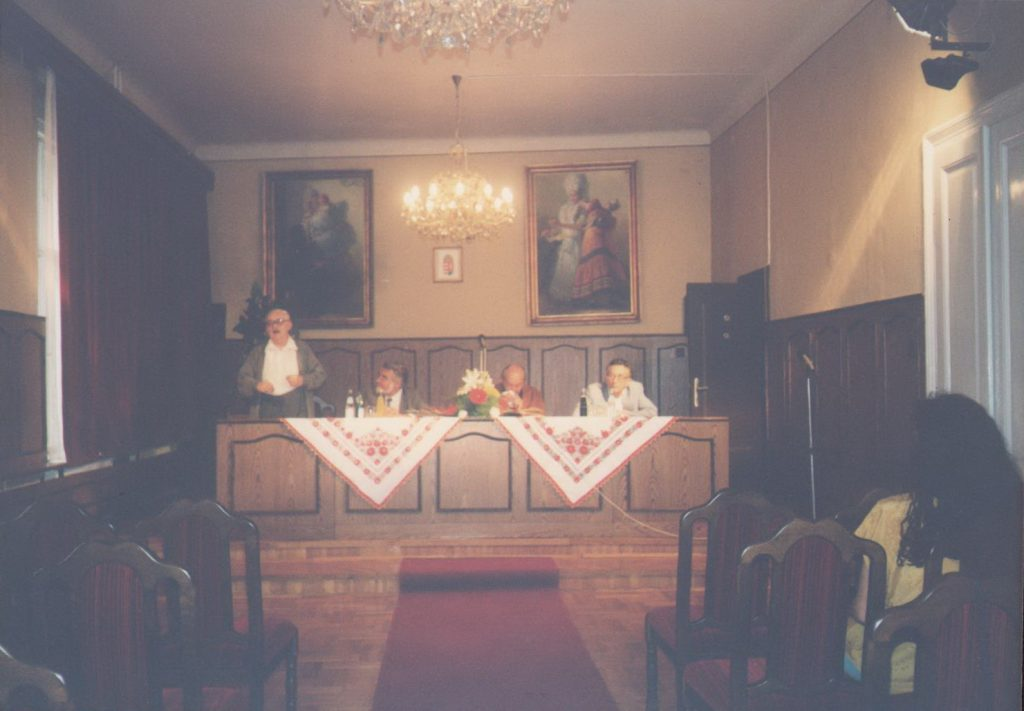 Lyukasóra Mezőkövesden a Városi Galériában, 1997-ben. Lukácsy Sándor, Gyurkovics Tibor, Mészöly Dezső és Lator László a fotón (MaNDA)