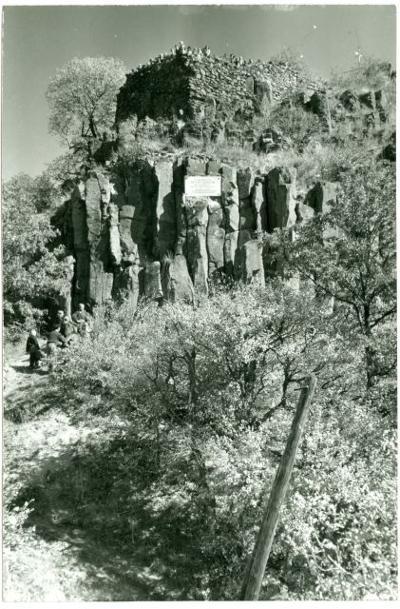 Túrázók tavasszal a romnál (MaNDA)