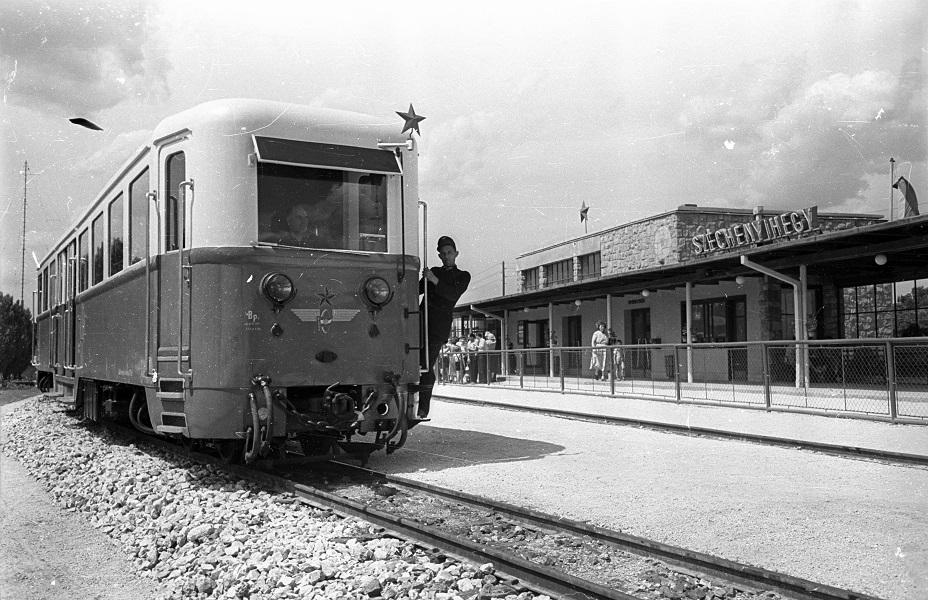 Bauer Sándor: Munka közben az Úttörővasútnál (1959) - Fortepan, CC BY-SA