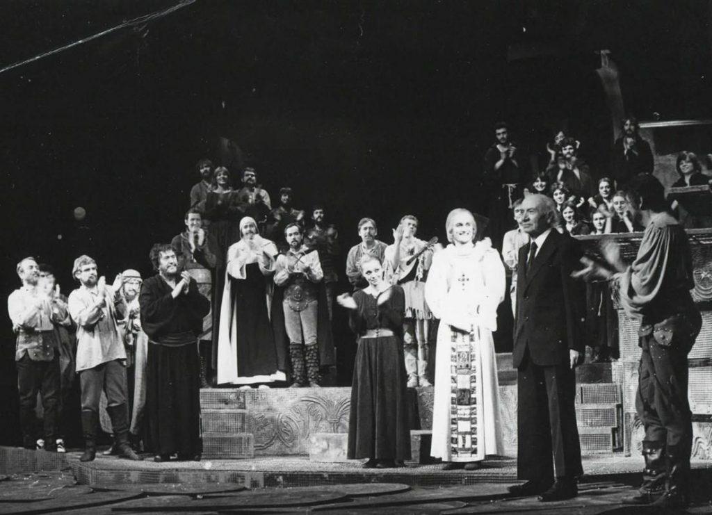Illyés Gyulával a tapsrendben, 1982-ben (MaNDA)