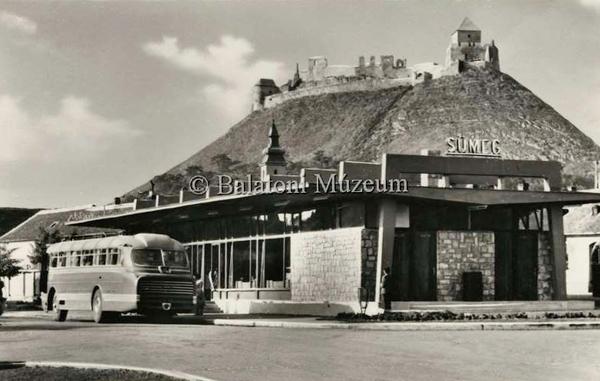 Autóbusz állomás a sümegi vár mellett - Balatoni Múzeum, CC BY-NC-ND