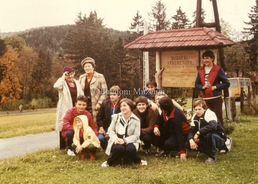 Budafai Arborétum. A Goldmark Károly Művelődési Központ TKM Kőrösi Csoma Sándor Klubjának kirándulása (1985) - Balatoni Múzeum, CC BY-NC-ND