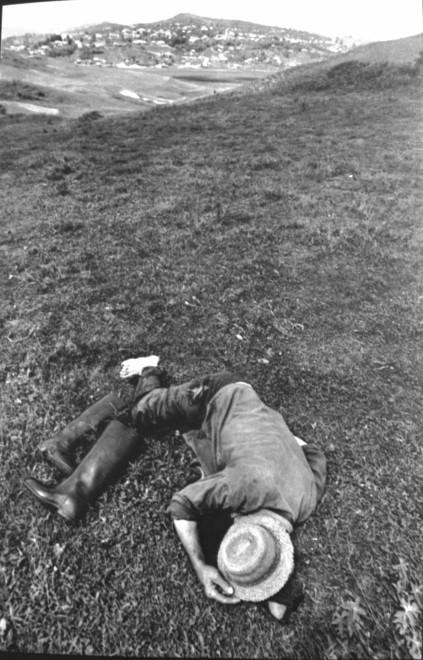 Természetben pihenő ember, mellette csizma - Viski Károly Múzeum Kalocsa, Minden jog fenntartva