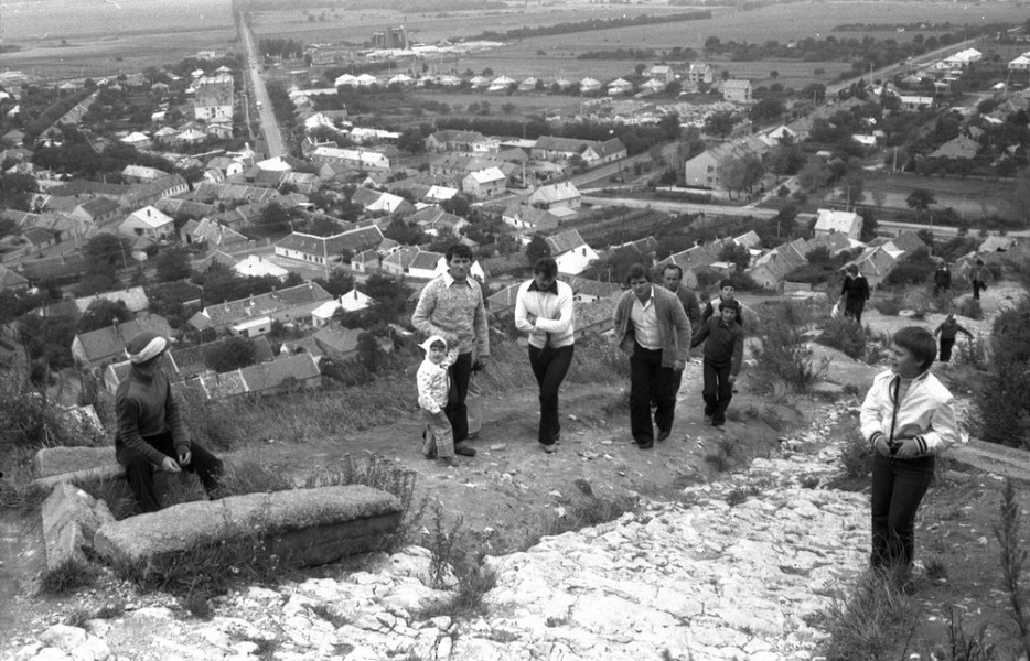 Kirándulók a sümegi várnál (1980) - Balatoni Múzeum, CC BY-NC-ND