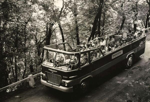Az IBUSZ nyitott autóbusza a budai hegyekben - Magyar Kereskedelmi és Vendéglátóipari Múzeum, CC BY-NC-ND