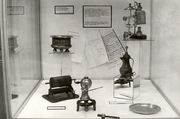 Kávézással kapcsolatos eszközök a kereskedelmi kiállításon - Magyar Kereskedelmi és Vendéglátóipari Múzeum, CC BY-NC-ND