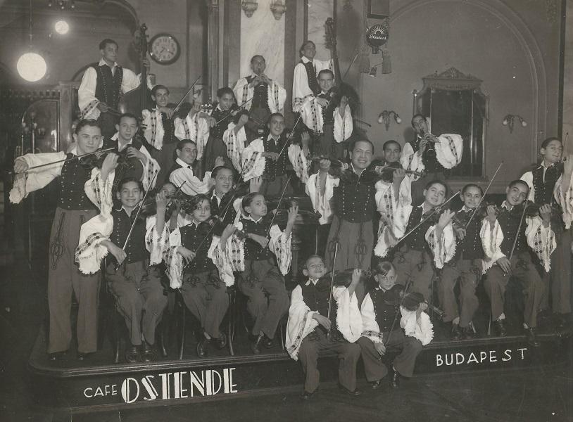 Cigányzenekar a Café Ostende-ben, Budapesten (1920-as évek vége) - Magyar Kereskedelmi és Vendéglátóipari Múzeum, CC BY-NC-ND