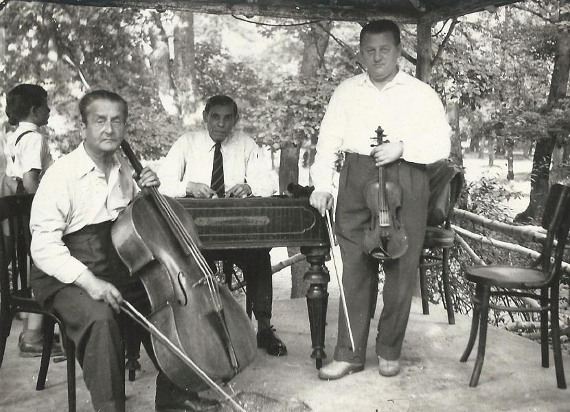 Cigányzenészek műsora a kerthelyiségben (1953) - Magyar Kereskedelmi és Vendéglátóipari Múzeum, CC BY-NC-ND