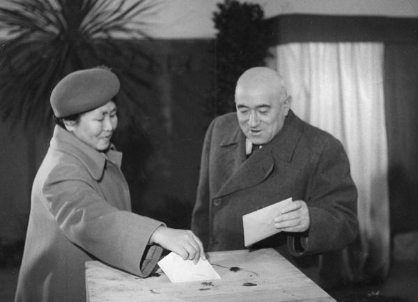 Rákosi Mátyás és jakut származású felesége, Fenya Fjodorovna Kornyilova szavaznak - Fortepan, CC BY-SA
