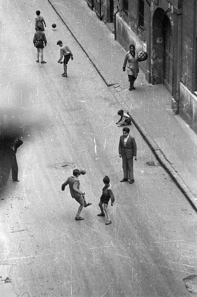 Utcakép focizó fiúkkal - Fortepan, CC BY-SA