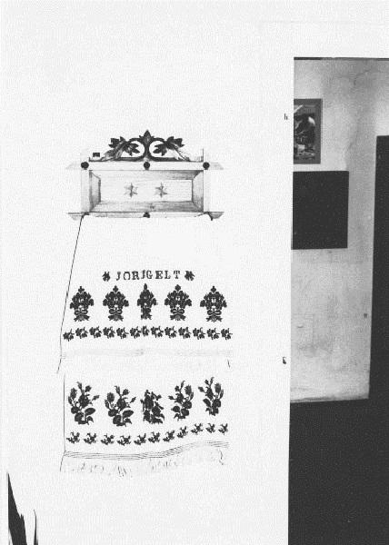 A csurgói Helytörténeti Gyűjtemény időszaki kiállítása. Törölközőtartó szőttes törölközővel. - Rippl-Rónai Megyei Hatókörű Városi Múzeum, CC BY