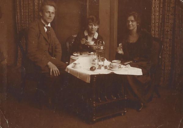 Uzsonnázó család kávéfőzőgéppel - Magyar Kereskedelmi és Vendéglátóipari Múzeum, CC BY-NC-ND