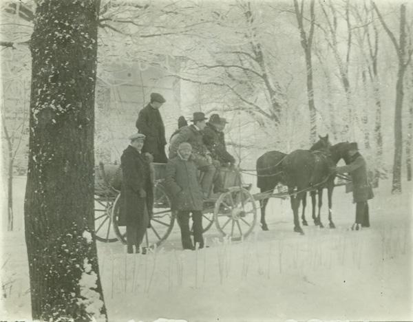 Juhász Géza egy lovasszekéren a téli erdőben - Déri Múzeum, CC BY-NC-ND
