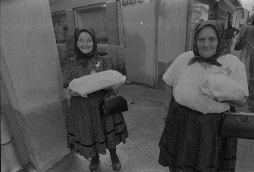 Fejkendős idős asszonyok becsomagolt süteménnyel, szociofotó - Viski Károly Múzeum Kalocsa, Minden jog fenntartva