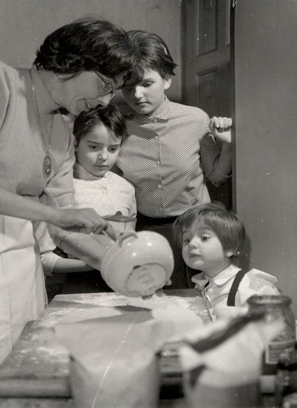 Bejglikészítés gyerekekkel (1962) - Magyar Kereskedelmi és Vendéglátóipari Múzeum, CC BY-NC-ND mcitem