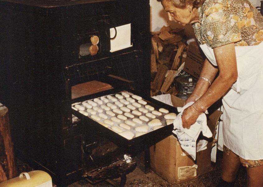 Kaposvári mézeskalács-készítő munka közben (1980-as évek) - Magyar Kereskedelmi és Vendéglátóipari Múzeum, CC BY-NC-ND