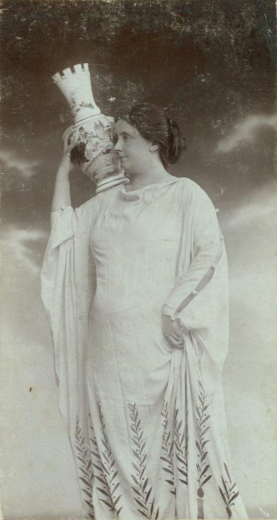 Lukács Júlia görög jelmezben*, vállán vázával (Az ember tragédiája) - Déri Múzeum, CC BY